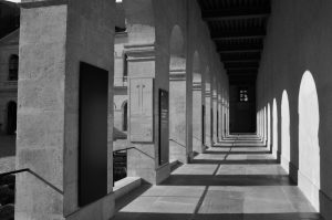 Les arcades des invalides en noir et blanc