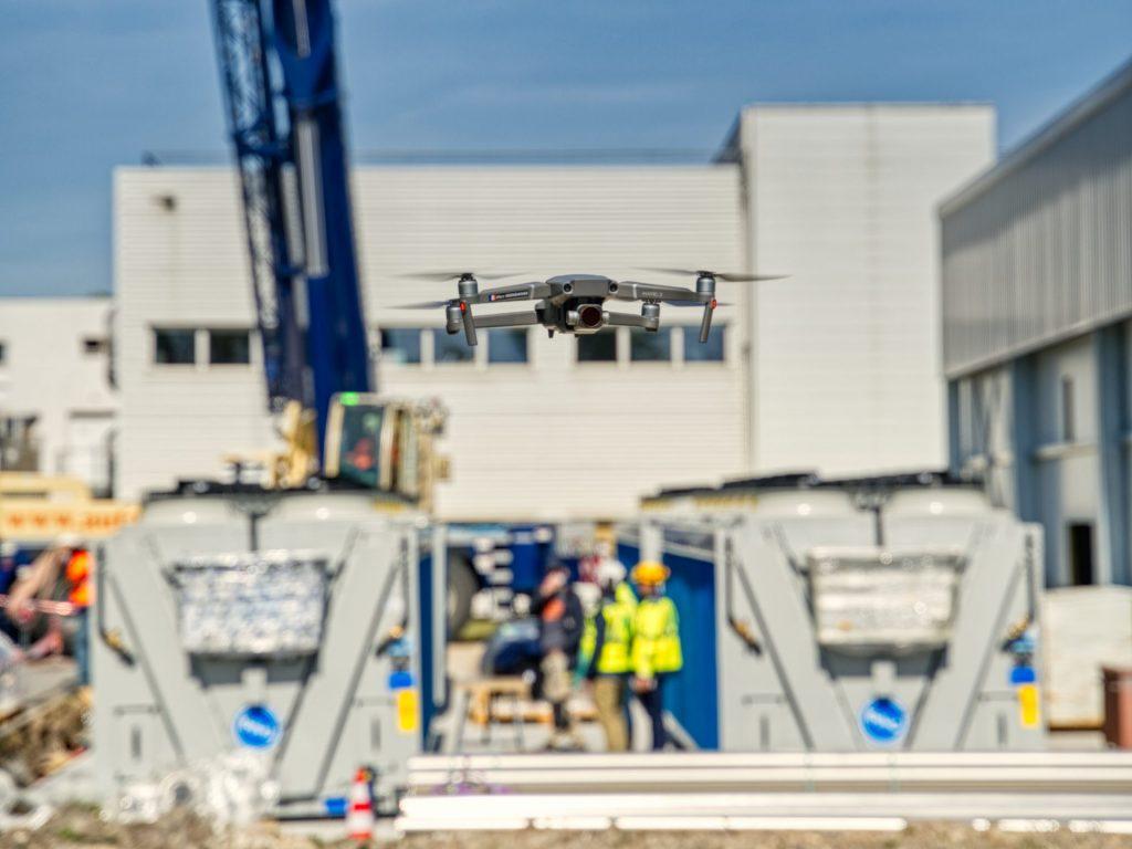 Telepilote de drone en inspection sur un chantier
